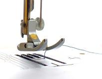 Máquina de costura no fundo branco, pé da máquina Imagens de Stock Royalty Free