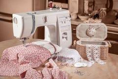 Máquina de costura no trabalho com caixa da costura Imagens de Stock Royalty Free