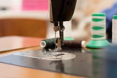 Máquina de costura velha na oficina home a parte traseira do fundo é borrada fotografia de stock royalty free
