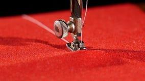 Máquina de costura velha no pano vermelho, fim acima, lento video estoque