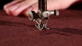 Máquina de costura velha no pano vinous com ` s da mulher vídeos de arquivo