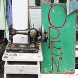 Máquina de costura vieja del cantante como parte de una exhibición de la ventana en una tienda antic imágenes de archivo libres de regalías