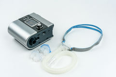 Máquina de CPAP con la manguera y máscara para la nariz Tratamiento para la gente con apnea de sueño imagen de archivo libre de regalías
