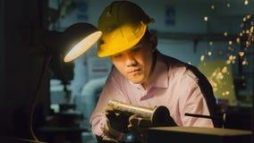Máquina de dobra do uso do trabalhador com tubulação de aço Concep de trabalho do metal Foto de Stock Royalty Free
