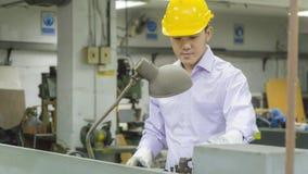 Máquina de dobra do uso do trabalhador com tubulação de aço Concep de trabalho do metal Fotos de Stock Royalty Free