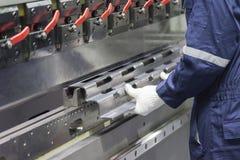 A máquina de dobra hidráulica do uso do operador do técnico fotos de stock