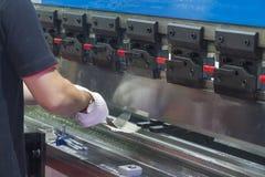A máquina de dobra hidráulica do uso do operador do técnico fotografia de stock