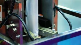 Máquina de embalagem automática dos comprimidos em uma fábrica farmacêutica filme