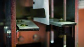 Máquina de embalagem automática dos comprimidos em uma fábrica farmacêutica vídeos de arquivo