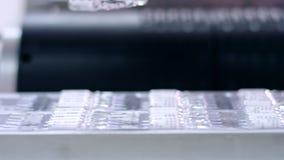Máquina de empacotamento farmacêutico Ampolas médicas na correia transportadora vídeos de arquivo