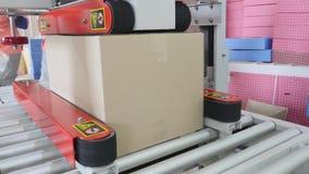 A máquina de empacotamento na oficina do processo da fábrica do alimento de empacotar doces na folha empacota o operário Automate imagem de stock
