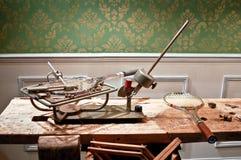 Máquina de encadenación vieja con las raquetas metálicas Imágenes de archivo libres de regalías