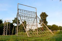 Máquina de escalada da corda no campo de jogos fotografia de stock