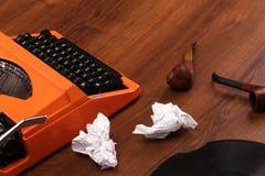 A máquina de escrever alaranjada do vintage na madeira Fotografia de Stock