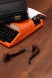 A máquina de escrever alaranjada do vintage na madeira Imagens de Stock