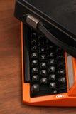 A máquina de escrever alaranjada do vintage na madeira Foto de Stock Royalty Free