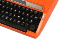 A máquina de escrever alaranjada do vintage no fundo branco Fotografia de Stock