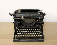 Máquina de escrever antiga em uma mesa de madeira Foto de Stock