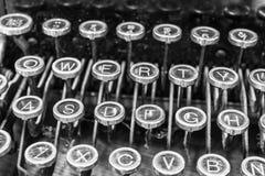 Máquina de escrever antiga - uma máquina de escrever antiga que mostra chaves QWERTY tradicionais Fotos de Stock Royalty Free