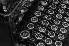 Máquina de escrever antiga - uma máquina de escrever antiga que mostra chaves QWERTY tradicionais Foto de Stock