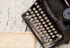 Máquina de escrever do vintage com letras cirílicas nos botões e nos cadernos com o texto Imagens de Stock Royalty Free