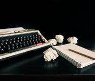 Máquina de escrever do vintage e um caderno vazio do papel fotos de stock
