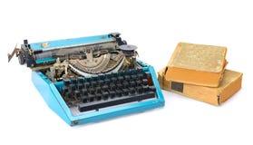 Máquina de escrever e livros velhos imagem de stock royalty free