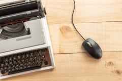 A máquina de escrever e o rato fotos de stock royalty free