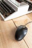 A máquina de escrever e o rato fotografia de stock royalty free