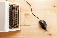 A máquina de escrever e o rato imagem de stock royalty free