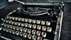 Máquina de escrever empoeirada velha preto e branco fotografia de stock royalty free