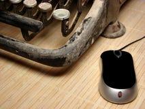 Máquina de escrever escura velha com rato moderno fotografia de stock royalty free