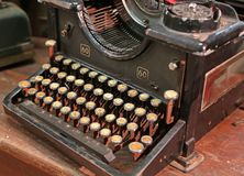 Máquina de escrever oxidada preta do vintage com chaves brancas Fotografia de Stock