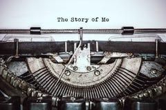 A máquina de escrever retro do vintage escreve o texto no Livro Branco velho imagem de stock royalty free