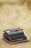A máquina de escrever retro no vintage velho textured o fundo de papel Fotografia de Stock Royalty Free