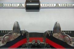 Máquina de escrever tradicional com fita e papel Imagens de Stock