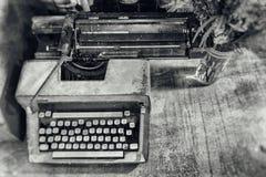 Máquina de escrever velha retro do vintage com um vaso das flores com preto a fotografia de stock