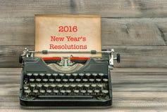 Máquina de escribir antigua con el papel sucio Resoluciones del Año Nuevo Fotos de archivo libres de regalías