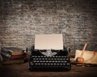 Máquina de escribir antigua con la pared de ladrillo sucia Imagen de archivo