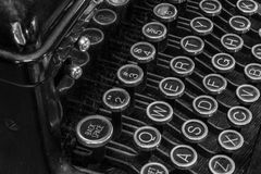 Máquina de escribir antigua - una máquina de escribir antigua que muestra llaves QWERTY tradicionales Foto de archivo