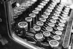 Máquina de escribir antigua - una máquina de escribir antigua que muestra llaves QWERTY tradicionales Fotos de archivo