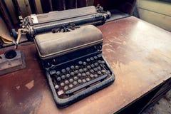 Máquina de escribir antigua vieja Imágenes de archivo libres de regalías