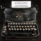 Máquina de escribir antigua vieja con el texto Imagen de archivo libre de regalías