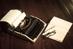 Máquina de escribir con el libro y las lentes Imagen de archivo