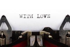 Máquina de escribir con el texto con amor Imagen de archivo libre de regalías