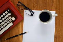Máquina de escribir con las hojas de papel en blanco Fotos de archivo libres de regalías