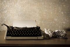 Máquina de escribir con las lentes y los papeles Imagen de archivo
