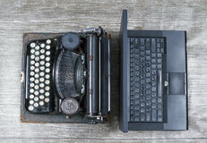 Máquina de escribir contra Laptop fotos de archivo