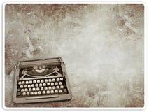 Máquina de escribir de la vendimia en la postal de la vendimia Foto de archivo libre de regalías