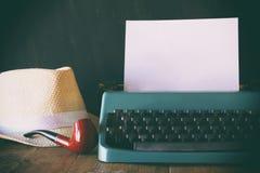 Máquina de escribir del vintage con la página en blanco al lado de los accesorios del hombre Imágenes de archivo libres de regalías